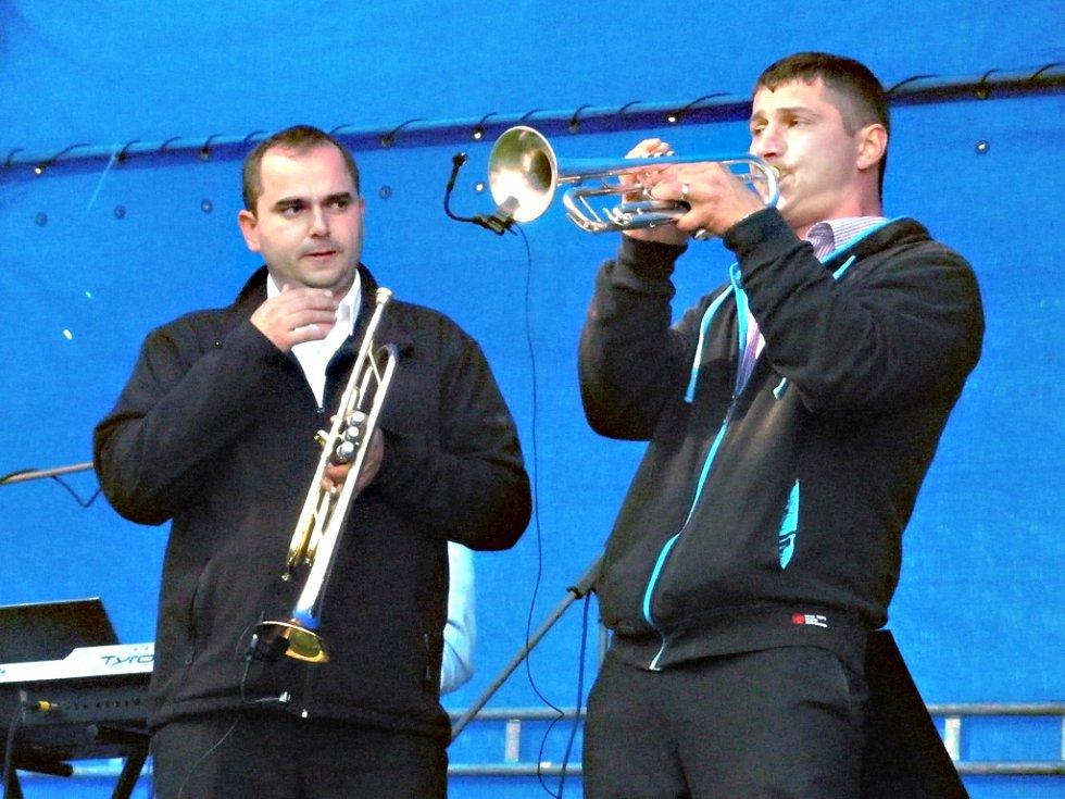 Na snímku vidíte muzikanty, zakladatele festivalu a pořadatele Zbyňka Paličku a Jaroslava Dubna.