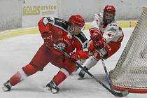 V sobotním utkání 21. kola II. ligy – skupiny Střed hokejisté Žďáru (v bílém) v domácím prostředí nestačili na pelhřimovské Lední Medvědy.