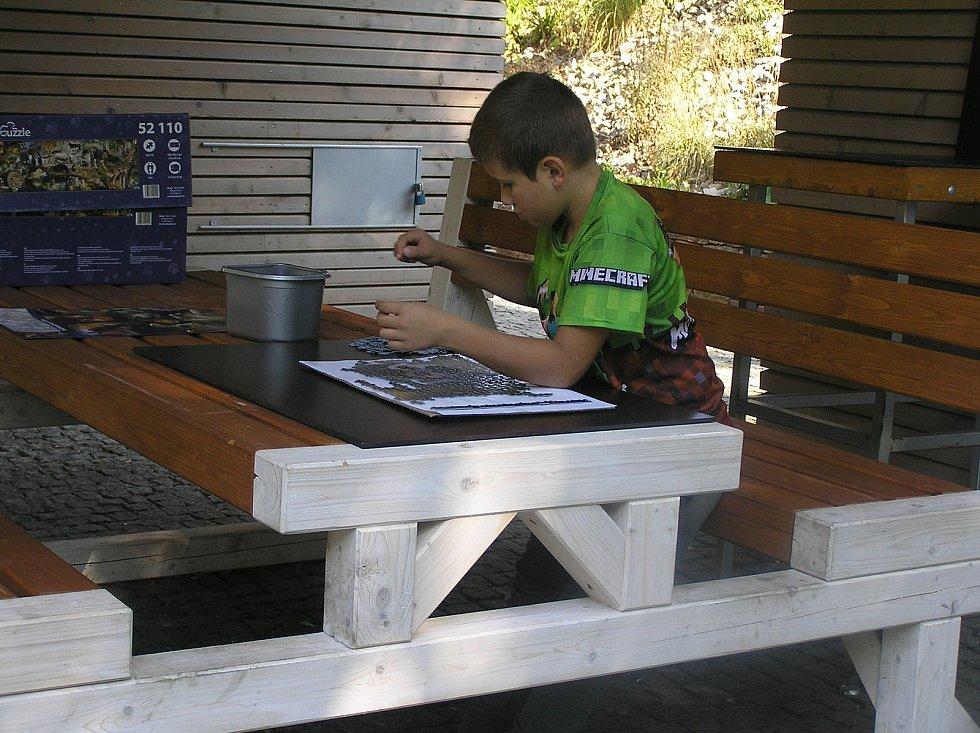 Skládání puzzle v parku Budoucnost.