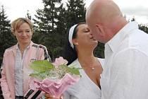 Svatbu ukončila policie. Muž z Jindřichova Hradce si v Ledči svoji vyvolenou v sobotu nevzal. Nepřebíral si poštu od soudu, a tak na něj byl vydán zatykač (ilustrační foto).