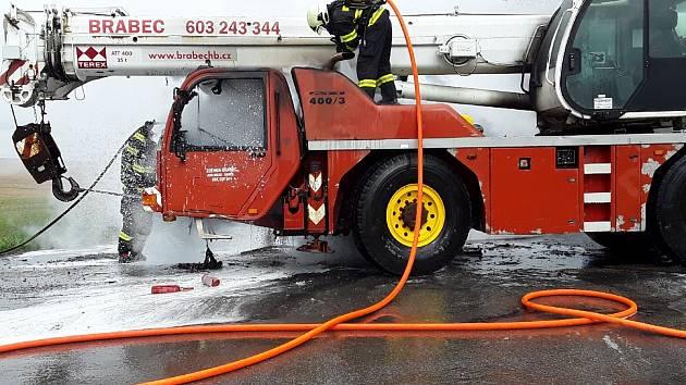 Hasiči na likvidaci požáru nasadili několik vodních proudů. Foto: se svolením HZS Kraje Vysočina
