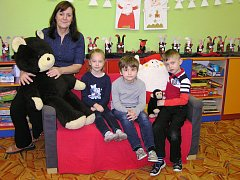 Na snímku jsou prvňáci ze Základní a mateřské školy Lučice s ředitelkou a třídní učitelkou Hanou Březinovou.