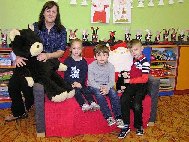 Na snímku jsou prvňáci ze Základní a mateřské školy Lučice sředitelkou a třídní učitelkou Hanou Březinovou.