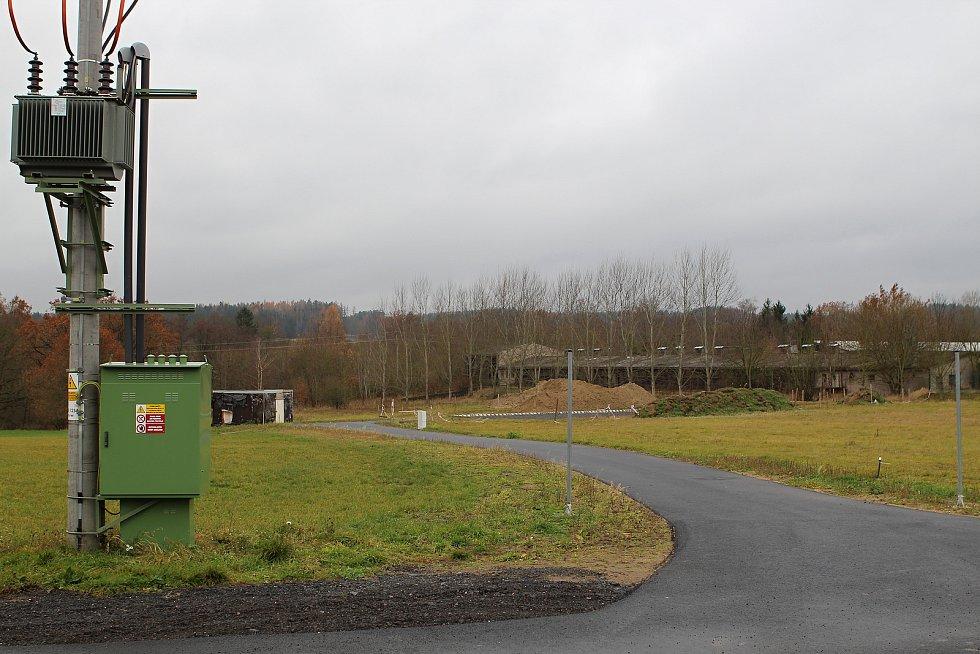 Problémová lokalita, kde měla být místo silnice zeleň. Podle dotčené rodiny je pro bezpečnost provozu problematický především sloup vysokého napětí.