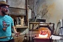 Vernisáž obrazů Karin Brůžkové a Olgy Petrusové ve sklárně Huť Jakub v Tasicích. Skláři vytvořili tematicky k vystaveným dílům velkou vázu složenou ze čtyřiceti přírodních komponentů