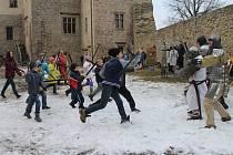 Do zbraně! Novou turistickou sezonu na hradě Lipnice nad Sázavou  v sobotu otevřela akce pro děti z dětských domovů. S odvážnými bojovníky se utkali po zuby ozbrojení rytíři.