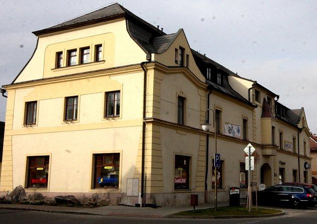 Dům s historií. Hostinec U Černého orla na náměstí v Golčově Jeníkově vlastnil syn krále Jiřího z Poděbrad. Později zde byla továrna na jehly a opět restaurace, dnes pod názvem Lanete.