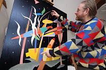 V ateliéru malíře a grafika Tadeusze Andrzeje Krawczyszyna v Havlíčkově Borové se hromadí obrazy pro výstavu ve Žďáru nad Sázavou.
