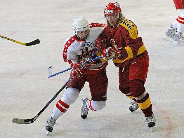 """Jihlavští hokejisté mají zřejmě z brodských hráčů komplex, už po šesté v řadě s nimi prohráli. """"Oni se dokážou na nás vyhecovat, jak blázni,"""" tvrdí jihlavský Ladislav Rytnauer (v červeném), který pochází právě z Havlíčkova Brodu."""
