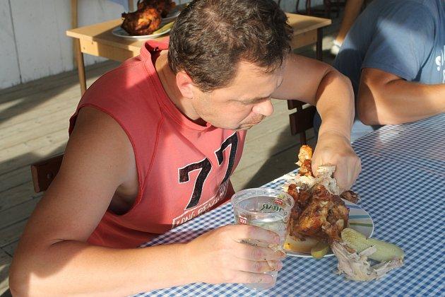 Soutěž v pojídání grilovaných kuřat vyhrál v sobotu na Řece Jaroslav Němec. V limitu dvou minut spořádal 520 gramů masa.