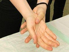 Muž hrozil přítelkyni i uříznutím prstu. Ilustrační foto.
