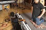 Martin Hašek kromě zpěvu a hraní sbírá staré hudební nástroje a také na ně hraje.