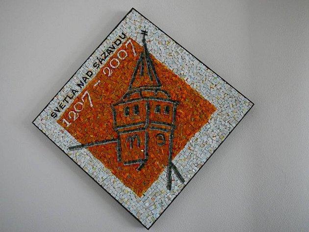 Logo. Světlá získala darem logo oslav vytvořené z mozaiky.