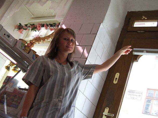 Tudy vlezl. Prodavačka v prodejně masných lahůdek v centru Jihlavy ukazuje na úzké okénko nad vchodem, kudy se drobný pachatel protáhl za lupem.