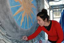 Autorkou věrné kopie renesančního slunce na brodské Staré radnici je restaurátorka Dana Christianová.