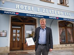 Petr Novotný získal cenu za příkladnou péči o dům U Zlatého lva.