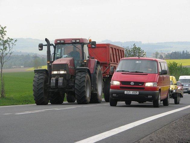 Také na silnice Havlíčkobrodska ve středu vyjela zemědělská technika. Zpomalováním dopravy chtěli zemědělci upozornit na neutěšený stav resortu, zejména pak v oblasti výroby a výkupních cen mléka, které se stále snižují.