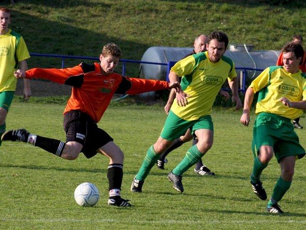 Fotbalisté Habrů (v červených dresech) v 19. kole remizovali vsouboji s nováčkem soutěžem na domácím trávníku 1:1.