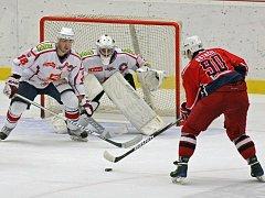 První vzájemný zápas hokejistů Havlíčkova Brodu a Třebíče vyhráli v bílém hrající hosté. Rebelové nedokázali na hostujícího gólmana Čiliaka vyzrát ani jednou, sami inkasovali třikrát. Jak dopadne středeční duel?