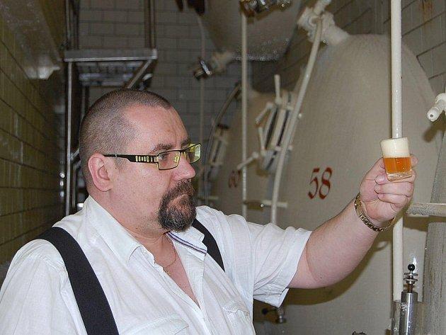 V Havlíčkově Brodě se už léta pod dohledem sládka Libora Čecha (na snímku) vaří dobré pivo. Svědčí o tom celá řada ocenění, která Měšťanský pivovar získal. V současné době poznávají nezaměnitelnou chuť brodského piva i na Kutnohorsku a Královéhradecku.