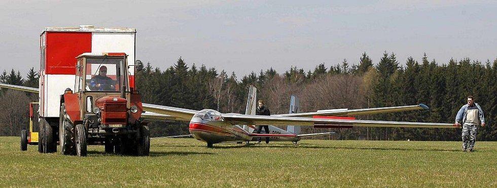 Mezi členy Aeroklubu v Chotěboři je i celá řada vyznavačů bezmotorového létání. V neděli se jich na letišti v Počátkách sešlo hned několik a k vidění byla i celá řada kluzáků. Začínající plachtaři mají rozhodně na koho navazovat.