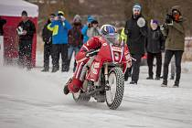 Závodník na dragsterech, Pavel Kubera z Nové Vsi u Chotěboře, vyzve kaskadéra na motorce.