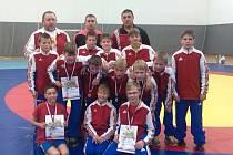 Splnit roli favorita se povedlo mladším žákům zápasnického oddílu brodské Jiskry, kteří na mistrovství české republiky vybojovali první místo.