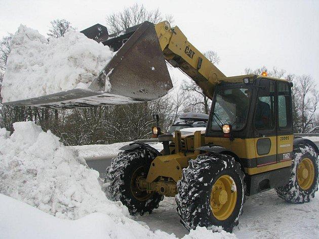 Nakladač společnosti ZODOS Okrouhlice se strojníkem Stanislavem Kučírkem si to včera se sněhem rozdal v Okrouhlici a okolí. Celé dopoledne měl o zábavu postaráno.