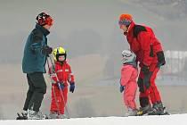 Pohled z lyžařského svahu na zasněžená pole? Tak to ani náhodou. Taková byla uplynulá zima. Na Harusově kopci (na snímku) se v jejím průběhu lyžovalo 75 dní, což byl ještě slušný výsledek – na to, jaké bylo počasí. To loni jel vlek celých 110 dní.