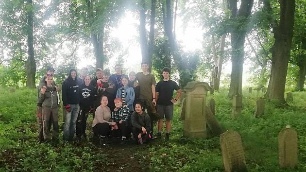 Brodští skauti uklidili židovský tyfový hřbitov.