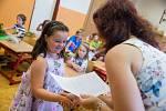Předávání vysvědčení dětem první třídy na základní škole V Sadech.