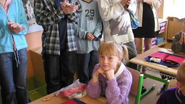 Nezapomenutelný den. První den ve školní lavici si ve vzpomínkách uchová snad každý. Můžete ho svému dítěti udělat ještě intenzivnější – to když se najde na první stránce novin.