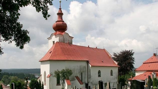 Chodí se modlit k sousedům. Věřící ze Ždírce nad Doubravou nemají už léta vlastní kostel nebo kapli. Scházejí se v náhradních prostorách nebo se chodí modlit do historického kostela v sousedním Krucemburku.