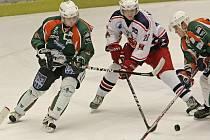Favorizovaní hokejisté Havlíčkova Brodu (ve světlém) totálně zklamali své fanoušky. V duelu proti poslednímu celku první ligy Mostu propadli ve druhé třetině a ztrátu už dohnat nedokázali. Na jejich devastaci se třemi brankami podílel exRebel Ondráček.
