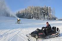 Předseda lyžařského spolku Kadlečák Jaroslav Kaiser na skútru kontroluje zasněžovací techniku.