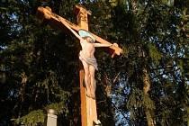 PO REKONSTRUKCI. Dřevěný kříž s postavou Krista se nachází u tasického rybníka. Pochází zpoloviny 19. století. Foto:Archiv obce Bělá