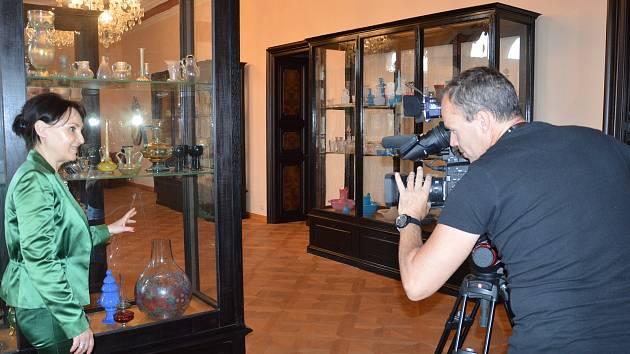 Na světelský zámek v létě zavítal filmový štáb Toulavé kamery. Po zámku ho provedla majitelka Helena Degerme.