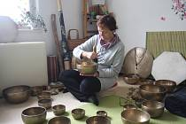 Terapeutka Blanka Haluzová při hře na tibetské mísy.
