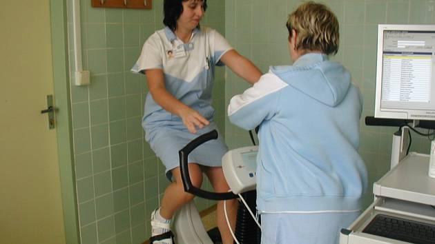 Vyšetření pacienta se provádí na speciálně upraveném rotopedu, který patří od října kvybavení interního oddělení havlíčkobrodské nemocnice.