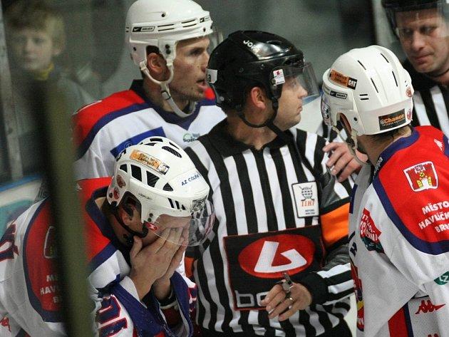 Střelec třetí havlíčkobrodské branky Michal Borovanský (vlevo) prvoligový zápas s Třebíčí nedohrál, protože s poraněným okem skončil v nemocnici.  Původní prognóza se naštěstí nepotvrdila, hokejista o zasažené oko nepřijde.