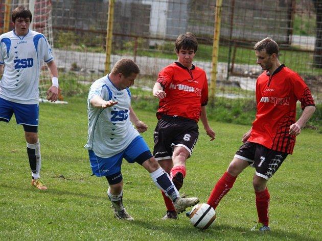 Výhru slavili fotbalisté Věžnice (vpravo) proti do té doby prvním Štokům.  Gólman Drahoš dokonce kryl pokutový kop.