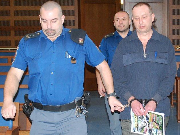 Petr Komůrka se před hradeckým krajským soudem zpovídá z pokusu vraždy. V pátek líčení pokračuje výpověďmi znalců a je možné, že soudce Petr Mráka vynese rozsudek.