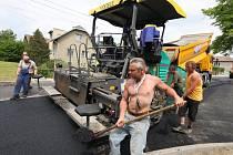 Ani o víkendu se nezastavily práce na rekonstrukci silnice na návsi v Perknově.