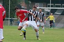 Pěknou hrou se v Lukách nad Jihlavou prezentovali fotbalisté Ledče (v pruhovaném), kteří si domů přivezli zaslouženě tři body.
