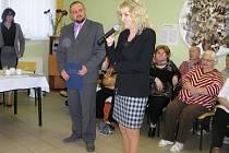 Ocenění ředitelce Magdaleně Kufrové (vpravo) předal prezident Asociace poskytovatelů sociálních služeb Jiří Horecký.