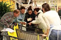 Dobrovolníci z havlíčkobrodského Fokusu se organizačně podíleli při druhé Národní potravinové sbírce v hypermarketu Albert.