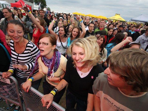 Bouřlivá atmosféra. Šatlava fest doprovází každoročně dobrá nálada, spokojení fanoušci se do Přibyslavi rádi vracejí. Letos to rozjedou v Brzkově.