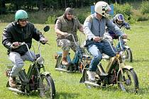 Neuvěřitelné. Přímo elixír mládí v praxi. Nad řidítky historických skútrů a motocyklů se v Uhelné Příbrami z některých usedlých pánů stali opět kluci.