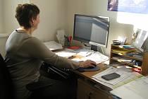 Podle knihovnice Hany Lacinové (na snímku) jde při práci s katalogem spíš o sílu zvyku.