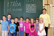 Na fotografii jsou žáci 1. třídy ZŠ a MŠ  Vilémov paní učitelky Jaroslavy Mudrochové.  Ve školním roce 2017/18 škola přivítala 9 prvňáčků. Děti mají výhodu, že se všichni znají už z mateřské školy, kterou tu navštěvovaly. Prostředí školy je témeř rodinné.